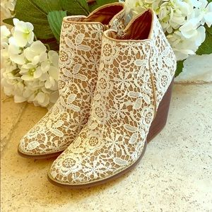 New Beautiful. Lace booties size 10